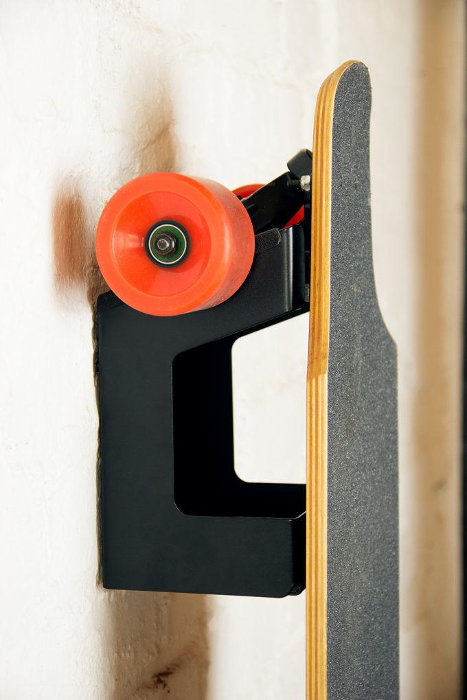 Parker: Wandhalterung für Longboard oder Skateboard.